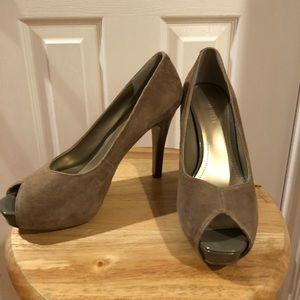 Peep-toe pump heels